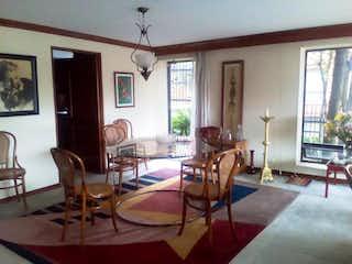 Una sala de estar llena de muebles y una mesa en Apartamento En Venta En Bogota Club De Los Lagartos