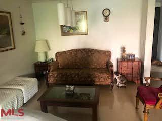Una sala de estar llena de muebles y un reloj en Jardines De Castropol