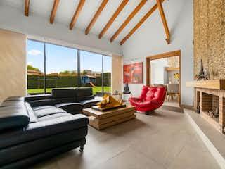 Una sala de estar llena de muebles y una chimenea en Casa en venta en Fagua de 4 habitaciones