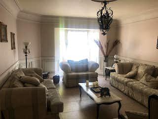 Una sala de estar llena de muebles y una gran ventana en Casa en venta en Tlacopac, 520mt con jardin