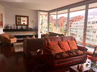 Una sala de estar llena de muebles y una ventana en Apartamento En Bogota Chico Oriental- con chimenea