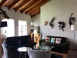 Una sala de estar llena de muebles y una televisión de pantalla plana en Departamento en venta en Jesús del Monte de dos recamaras