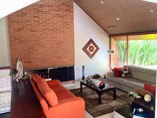 Una sala de estar llena de muebles y una ventana en Casa en venta en San Patricio, de 184mtrs2