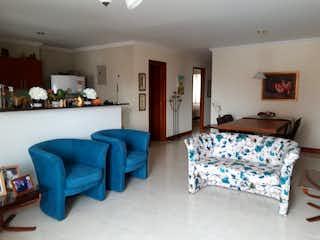 Una sala de estar llena de muebles y una mesa en Apartamento en venta en Conquistadores, 107mt con balcon