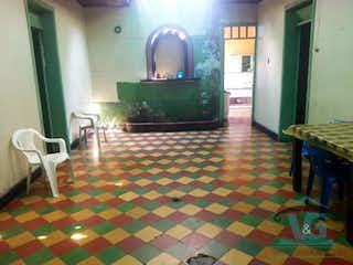 Una sala de estar llena de muebles y una televisión de pantalla plana en Casa en venta en Prado en seis alcobas