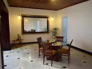 Una sala de estar llena de muebles y una ventana en Casa en venta en Prado, 365mt con dos balcones
