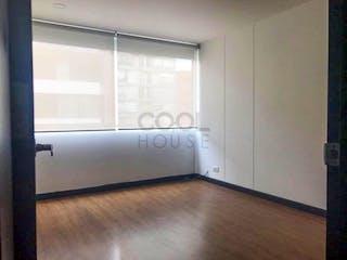 Una cocina con nevera blanca y una ventana en Apartamento en venta en El Virrey de dos habitaciones