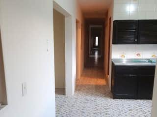 Un cuarto de baño con un inodoro y un lavabo en Casa en venta en El Rosario de 162mts