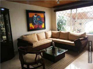 Una sala de estar llena de muebles y una ventana en Casa en venta en Villa del Prado, 114mt de dos niveles