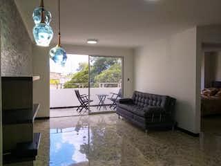Una sala de estar llena de muebles y un reloj en Venta Apartamento en Los Colores