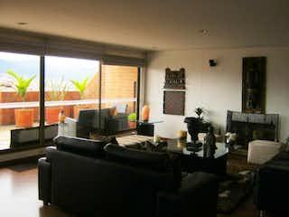 Una sala de estar llena de muebles y una gran ventana en Apartamento En Venta En Bogota Provenza