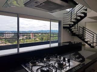 Una foto en blanco y negro de una ventana en Habitat