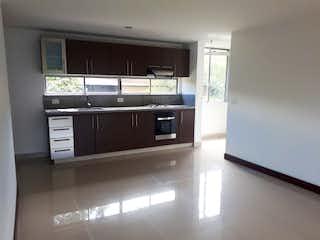 Una cocina con electrodomésticos de acero inoxidable y armarios blancos en contempora