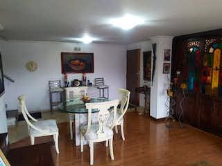 Una sala de estar llena de muebles y una televisión de pantalla plana en Apartamento en venta en Batán, de 113mtrs2