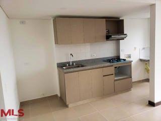 Una cocina con una estufa de fregadero y armarios en Sierra Morena