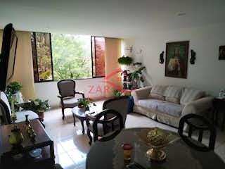 Una sala de estar llena de muebles y una chimenea en Carmelo 1