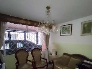Una sala de estar llena de muebles y una gran ventana en Casa en venta en Zipaquirá, 72mt de tres niveles