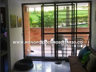 Una sala de estar llena de muebles y una ventana en ARBOLEDA DEL RODEO 107