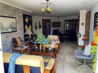 Una sala de estar llena de muebles y una chimenea en Apartamento en venta en Barrio Laureles de tres alcobas