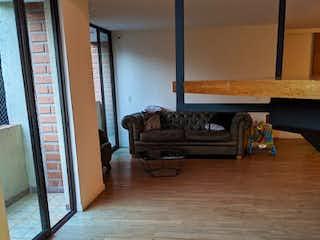 Una sala de estar llena de muebles y un suelo de madera en Apartamento en Venta LAURELES