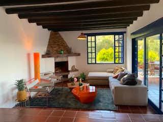 Una sala de estar llena de muebles y una gran ventana en Finca en venta en Los Salados de 300mts
