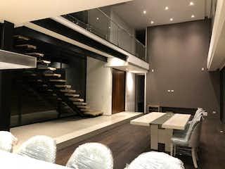 Una habitación con una cama y un escritorio en ella en Conjunto residencial aposentos de Yerbabuena PH