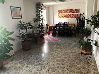 Una sala de estar llena de muebles y una planta en maceta en EL NOGAL  4