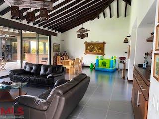 Una sala de estar llena de muebles y una ventana en Padua