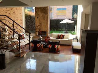 Una sala de estar llena de muebles y una ventana en Quintas De majuy