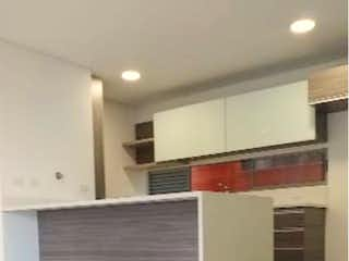 Un cuarto de baño con lavabo y un espejo en Apartamento en venta en Loma de Las Brujas, 97mt con balcon