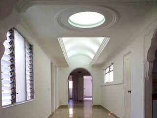 Un cuarto de baño con un gran espejo en la pared en Casa en venta en Belén Centro, 210mt con terraza