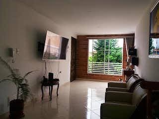 Una sala de estar llena de muebles y una televisión de pantalla plana en BALCONES DE SALOMON