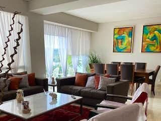 Una sala de estar llena de muebles y una gran ventana en Departamento en venta en Atlamaya, 130mt