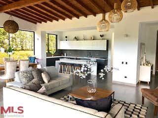 Una sala de estar llena de muebles y una chimenea en Soto del Este (V. Pantanillo - El Retiro)