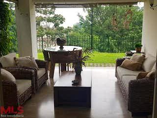 Una sala de estar llena de muebles y una gran ventana en Avellaneda