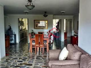 Una sala de estar llena de muebles y una chimenea en Apartamento en venta en Simón Bolívar, de 110mtrs2