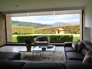 Una sala de estar llena de muebles y una gran ventana en Casa campestre venta en Mercenario, 1800mt con tres terrazas