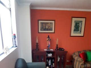 Una sala de estar llena de muebles y una chimenea en Apartamento en venta en Barrio La América de dos alcobas