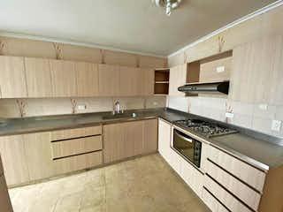 Una cocina con una estufa y un fregadero en Apartamento en venta en Barrio Laureles, de 170mtrs2
