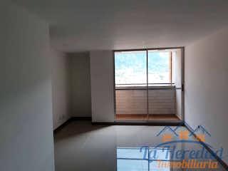 Una habitación con una ventana y una cama en Apartamento ParaVenta