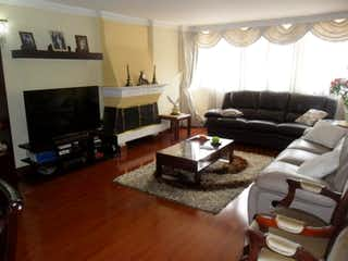 Una sala de estar llena de muebles y una televisión de pantalla plana en Apartamento en venta en San Patricio de 3 habitaciones