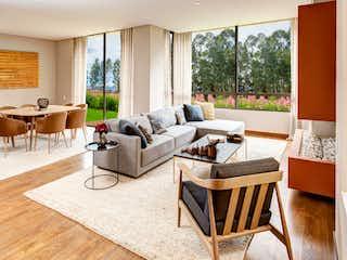 Una sala de estar llena de muebles y una gran ventana en Bosque Res. - Los Robles.
