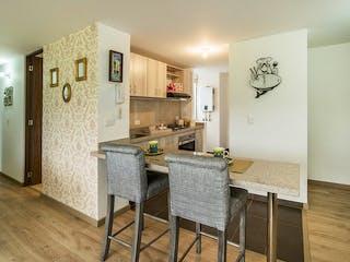 Una cocina con una mesa y sillas en ella en Alameda de San Diego
