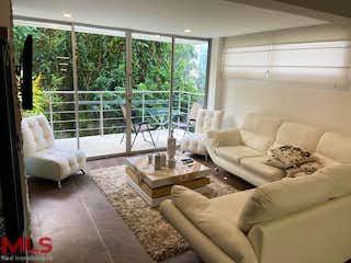 Una sala de estar llena de muebles y una ventana en Cataluña