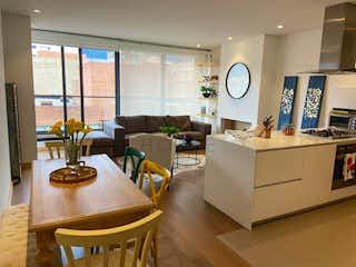 Una sala de estar llena de muebles y una gran ventana en Apartamento en venta en El Virrey de 2 habitaciones