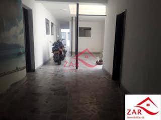 Una persona de pie en una puerta de una habitación en Casa en venta en Barrio La América, de 300mtrs2