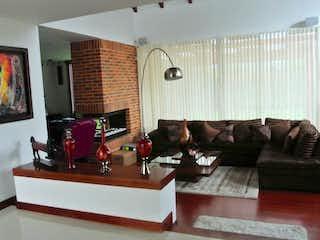 Una sala de estar llena de muebles y una televisión de pantalla plana en Casa en venta en Casco Urbano Cajicá, de 689mtrs2