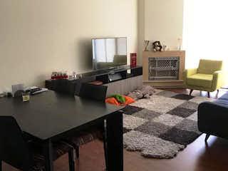 Una habitación con una mesa y una computadora en Apartamento en venta En Bogota Santa Barbara Occidental