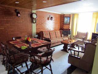 Una sala de estar llena de muebles y una chimenea en Casa en venta en Funza de 3 habitaciones