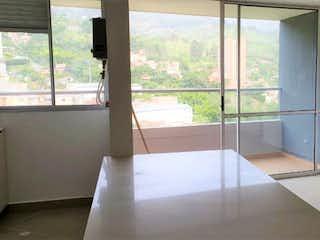 Un baño con una bañera y una ventana en Apartamento en venta en Camino Verde de tres habitaciones